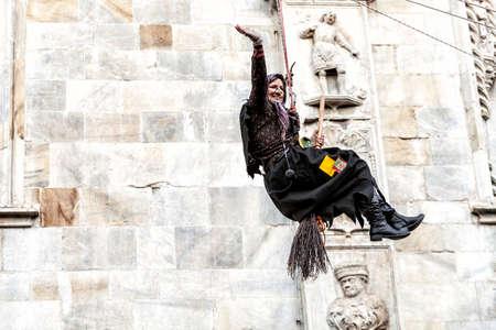 Côme, Italie - 6 janvier 2017: pendant l'Épiphanie, une vieille femme vole en apportant des bonbons aux bons enfants et du charbon aux mauvais. Lac de Côme Banque d'images - 97261681