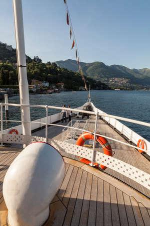 Bateau à voile sur le lac de côme italie Banque d'images - 97218001