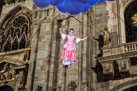 MILAN - ITALIE - 02 mars 2017: Une compagnie d'acteurs acrobates inaugure le Carnaval de Milan. Au fond, la cathédrale gothique. Place du Duomo, Milan, Lombardie, Italie Banque d'images - 97261682