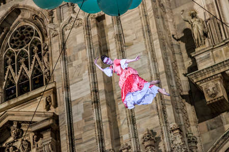 MILAN - ITALY - March 02, 2017: A company of acrobats actors inaugurate the Milan Carnival. In the background the Gothic Cathedral. Duomo square, Milan, Lombardy, Italy Éditoriale