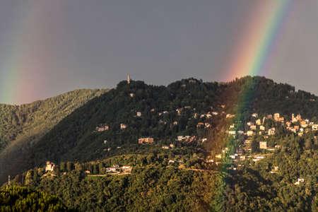 Double arc-en-ciel sur la ville de Brunate en été. Lac de Côme. Italie Banque d'images - 97191121