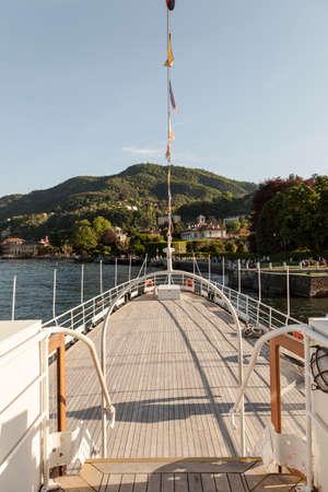 Vue de la planche de bateau sur le lac de côme italie Banque d'images - 97206249