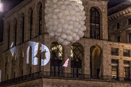 MILAN - ITALIE - 02 mars 2017: Une compagnie d'acteurs acrobates inaugure le Carnaval de Milan. En arrière-plan, le palais Arengario. Place de la cathédrale du Duomo, Milan, Lombardie, Italie Banque d'images - 97342043