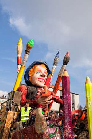 CANTU - ITALIE - 11 février 2018: char allégorique du carnaval traditionnel. Truciolo, masque officiel de Cantu. Carnaval de COMO LAKE Banque d'images - 97261886