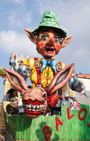 CANTU - ITALIE - 11 février 2018: char allégorique du carnaval traditionnel. Baloss. Carnaval de COMO LAKE Banque d'images - 97234078