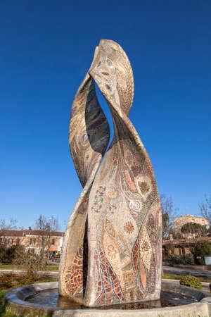 Une belle fontaine entièrement réalisée en mosaïque: Ardea Purpurea - Ravenne, Italie Banque d'images - 97242459