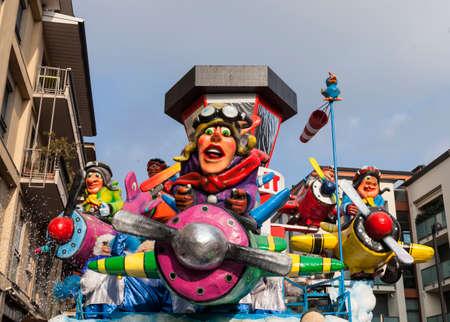 CANTU - ITALIE - 11 février 2018: char allégorique du carnaval traditionnel. Buscait. Carnaval de COMO LAKE Banque d'images - 97464552