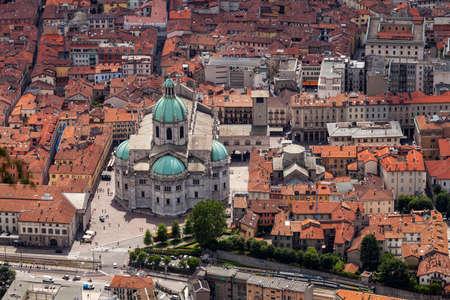 Vue aérienne de la ville de Côme et de sa cathédrale. Lac de Côme. Italie Banque d'images - 98718042