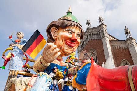 CANTU - ITALIE - 11 février 2018: char allégorique du carnaval traditionnel. Bentransema. Oncle Scrooge. Carnaval de COMO LAKE Banque d'images - 97261888