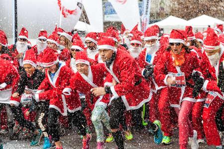 COMO, ITALIE - 10 décembre 2016: coureurs participant à la Babbo Running, événement annuel pour soutenir Smile Factory et son projet pour la prévention et le traitement des cancers de l'enfant Banque d'images - 97261986