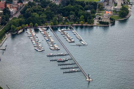 Le port et les jardins au bord du lac. Côme. Italie. Lac de Côme Banque d'images - 97273792
