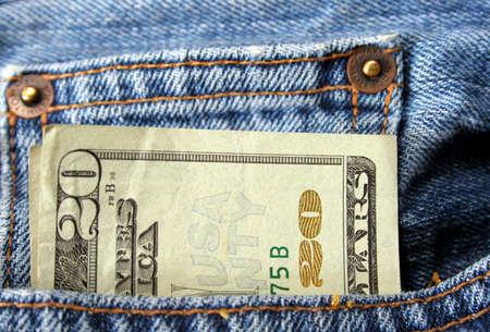bolsa dinero: veinte d�lar proyecto de ley que sale del bolsillo de un par de jeans  Foto de archivo