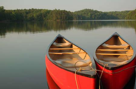 canoa: Red canoas en una tranquila velada en el lago