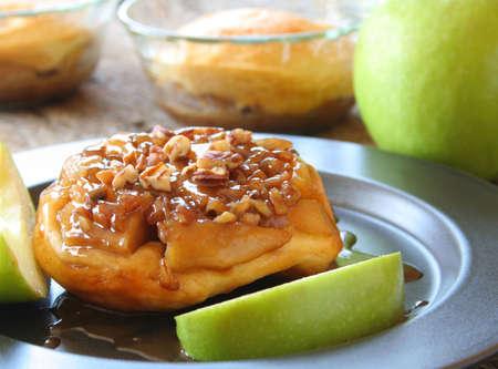 Upside down Apple Caramel biscuit with fresh apple slices on a plate. Reklamní fotografie