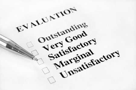 내부의: A blank job evaluation with check boxes and a pen. 스톡 사진