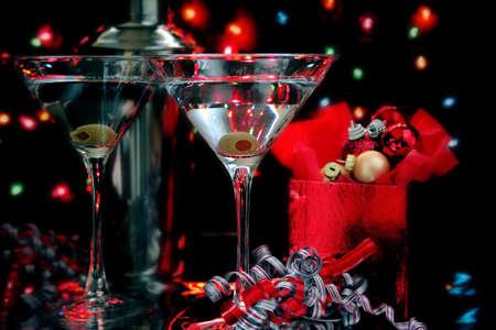 Twee martini's in een kerstomgeving. De afbeelding is low-key.