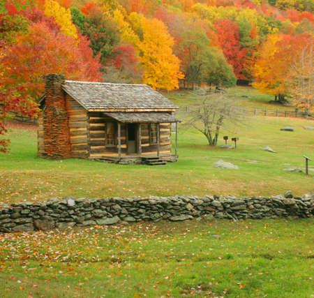 caba�a: Una vieja cabina durante el oto�o del a�o en Virginia.