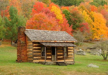 caba�a: Antiguo refugio en Virginia durante el oto�o del a�o. Foto de archivo