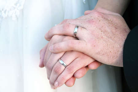 Newlywed couples hands with wedding rings. Imagens