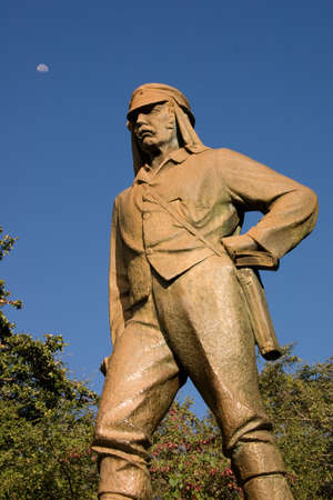 zimbabwe: Estatua del Dr. Livingstone, Victoria Falls en Zimbabwe con la luna en el fondo Foto de archivo