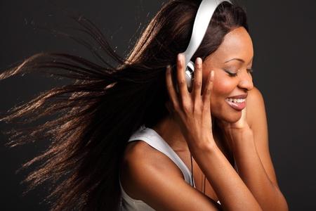 personas escuchando: Hermosa mujer negra felices escuchando m�sica