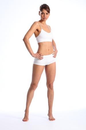 Joven en forma permanente en ropa interior del deporte blanco