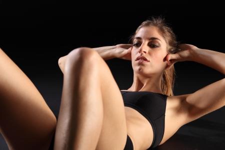 Sexy joven haciendo ejercicios durante entrenamiento
