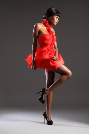 modellini: Sexy modella indossa il vestito rosso breve Archivio Fotografico