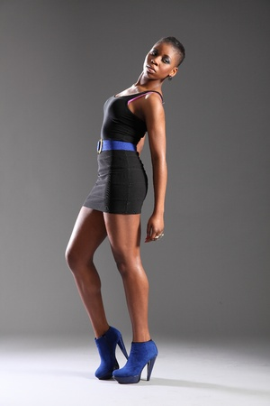 Moda negro sexy modelo resumiendo vestido y talones