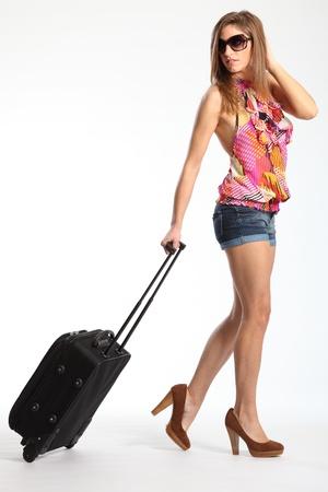 shorts: Sexys largas piernas de mujer ir de vacaciones con maleta