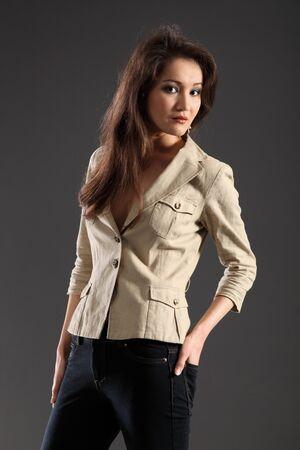 skinny jeans: Chica de pelo largo en flacos jeans y chaqueta