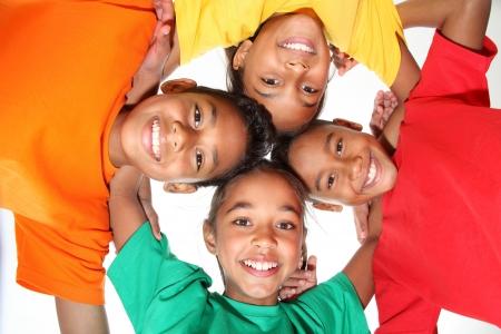 enfants noirs: Happy young school amis gar�ons et filles ensemble dans les caucus