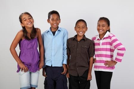 Cuatro amigos de la escuela re�rse juntos