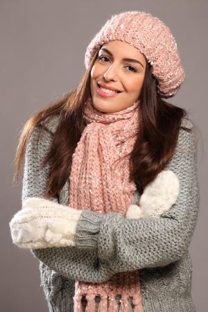 the mittens: Gran sonrisa feliz por la hermosa mujer en ropa de abrigo Foto de archivo