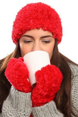 chaud froid: Femme chaude chapeau laineux festif avec des boissons chaudes