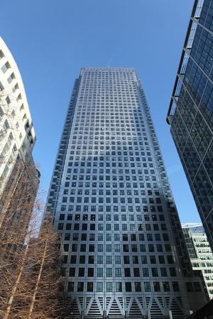 Edificios rascacielos en Canary Wharf. Se trata de un distrito de negocios m�s importantes en Londres, una de los capitales dos principales centros financieros. Alrededor de 90.000 personas trabajan en Canary Wharf. Foto de archivo - 9869871