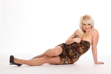vestido corto: Sexy rubia mujer sentada en el piso en definitiva vestido