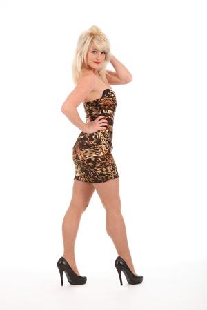 vestido corto: Chica rubia sexy en tacones altos y vestido corto