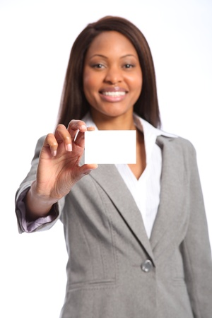 Hermosa mujer negra feliz con tarjeta