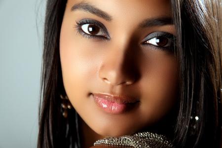 voluptueuse: Superbe portrait de belle jeune fille noire Banque d'images