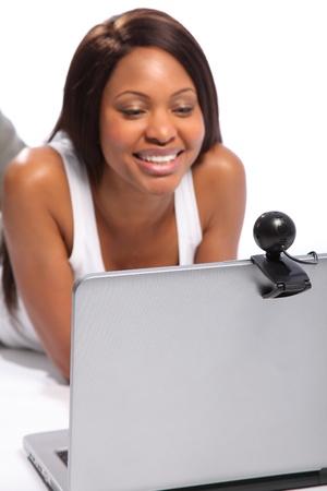 Mujer negra mantenerse en contacto en el port�til y webcam se centran en primer plano