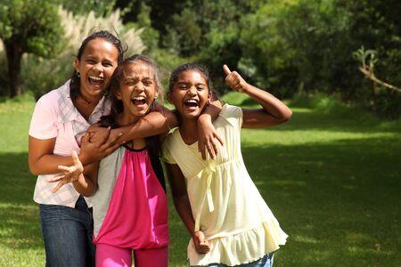 laughing out loud: Las ni�as de la escuela feliz divertirse riendo a carcajadas con pulgares arriba