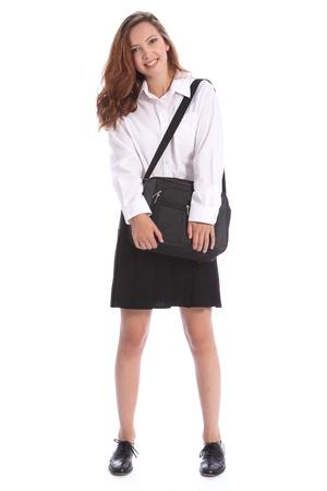 zapatos escolares: Sonrisa feliz desde niña de estudiante secundaria adolescente hermosa vistiendo uniforme escolar blanco y negro, sosteniendo su bolsa.