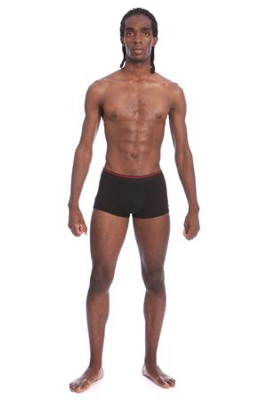 dreadlocks: Montar cuerpo sano tonos de joven guapo afroamericano vestido sólo con ropa interior negro, de pie mostrando torso delgado y los músculos abdominales.