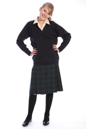 zapatos escolares: Sonrisa de felicidad de la hermosa chica de adolescente estudiante de la escuela con uniforme escolar, falda escocesa y una camisa beige con azul marino chaqueta de punto. Foto de archivo