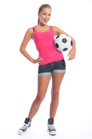 shorts: Bello f�tbol jugador adolescente con sonrisa feliz vistiendo de rosas cortos de chaleco y dril de algod�n, de pie con bola de deportes. Longitud total dispar� sobre fondo blanco. Foto de archivo