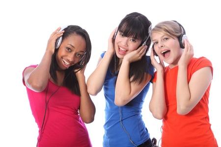 persona cantando: Tres hermosas j�venes amigos adolescente ni�a rubia cauc�sica, una japonesa y oriental una ni�a afroamericana que cantar diversi�n a la m�sica de tel�fonos celulares en los auriculares.