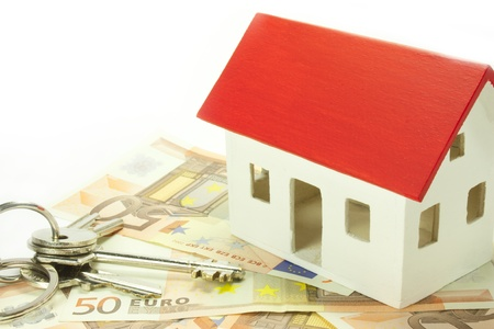 rendite: casa su banconote in euro con le chiavi Archivio Fotografico