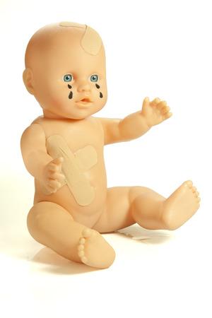 maltrato: muñeca símbolo de heridos de la crueldad con los niños Foto de archivo