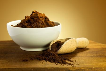 polvo de café molido con la cuchara